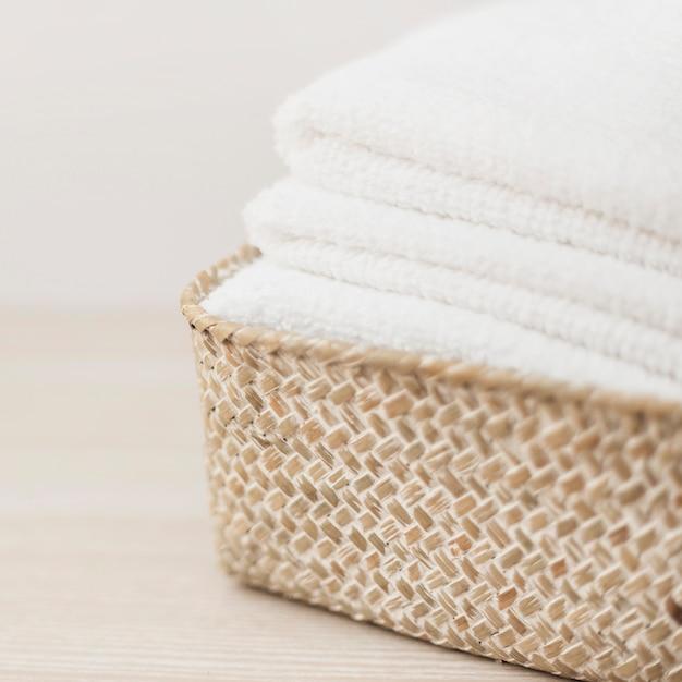 Stapel witte handdoeken in de mand Gratis Foto