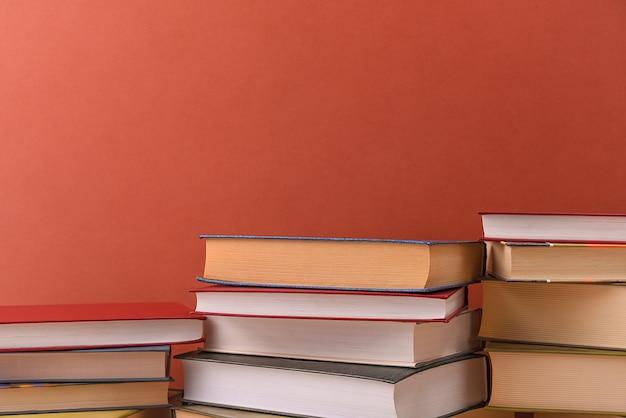 Stapels boeken verschillende op een bruine achtergrond close-up. terug naar school, onderwijs, leren, Premium Foto