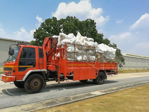Stapels gerecycled papier en schuim en plastic vuilniszakken op de vrachtwagen Premium Foto