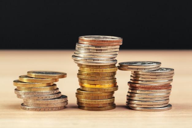 Stapels munten op werktafel Premium Foto