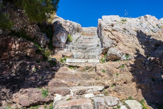 Stappen die leiden naar de akropolis in athene, griekenland. Premium Foto