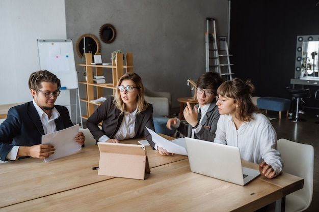 Start diversiteit teamwork brainstorming meeting concept. Gratis Foto