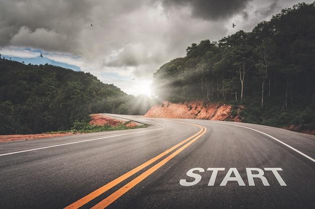 Start-punt op de weg van het bedrijfsleven of uw succes in het leven. het begin van de overwinning. Premium Foto