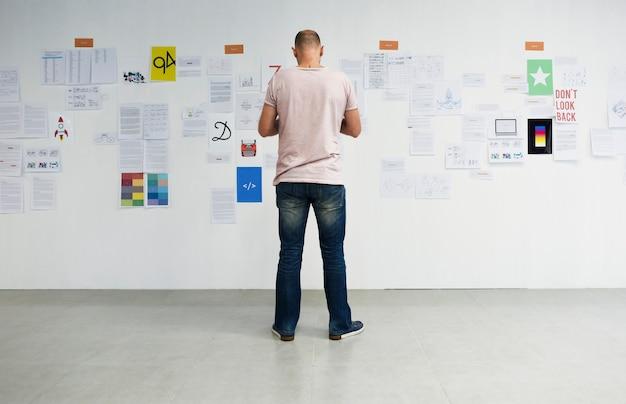 Startende bedrijfsmensen die op raad van de strategiekaart nadenken nadenkend Gratis Foto