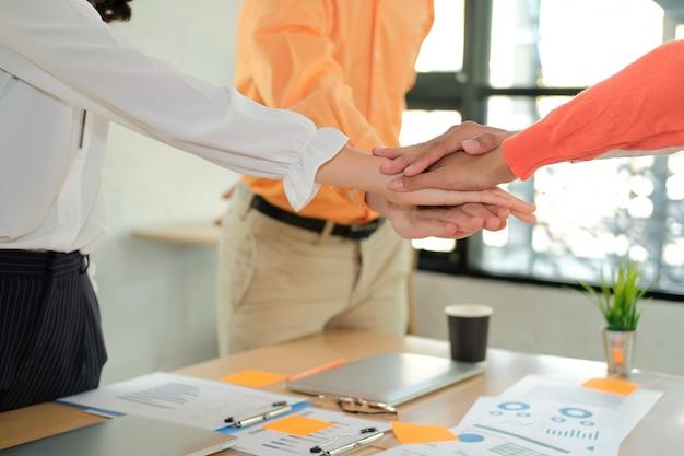 Startman vrouw die zich bij verenigde hand aansluiten, commercieel team wat betreft handen samen. eenheid teamwerk partnerschap concept. Premium Foto