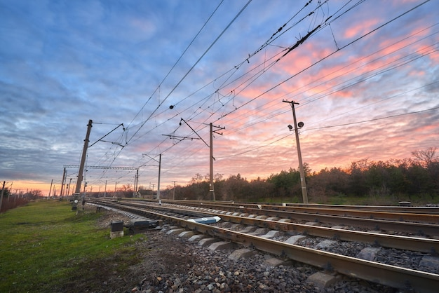 Station tegen mooie hemel bij zonsondergang Premium Foto