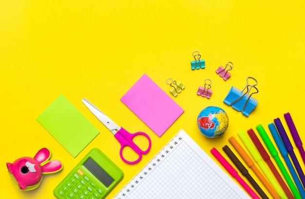Stationair, terug naar school, zomertijd, creativiteit en onderwijsconcept Premium Foto