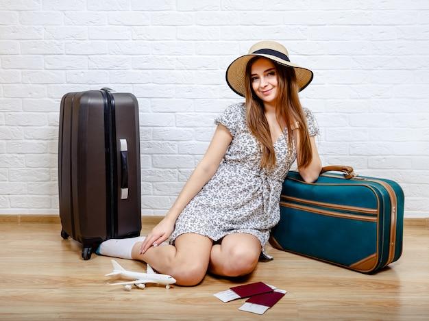 Staycation thuis. de vrouw kan vanwege de quarantaine niet reizen Premium Foto