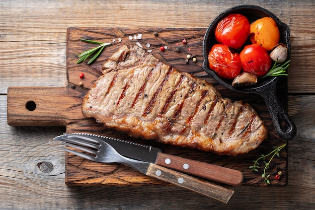 Steak striploin, gegrild met peper en knoflook. Premium Foto