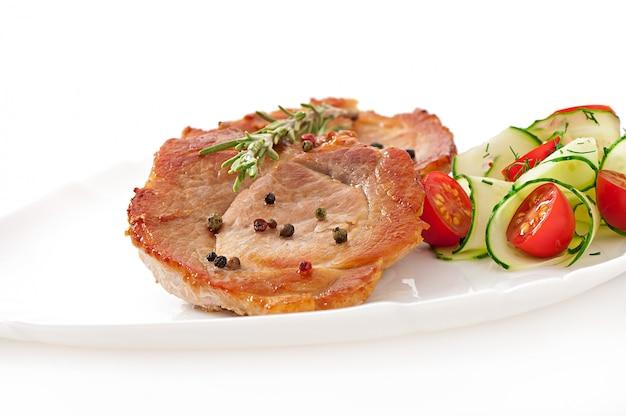 Steak vlees met groentesalade Gratis Foto