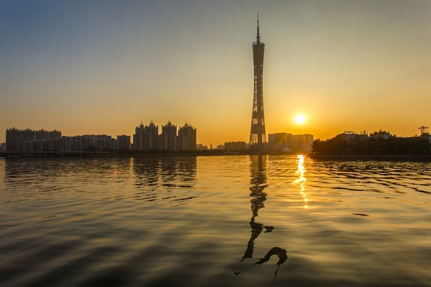 Stedelijk landschap van guangzhou-stad in zonsondergangtijd, china Premium Foto