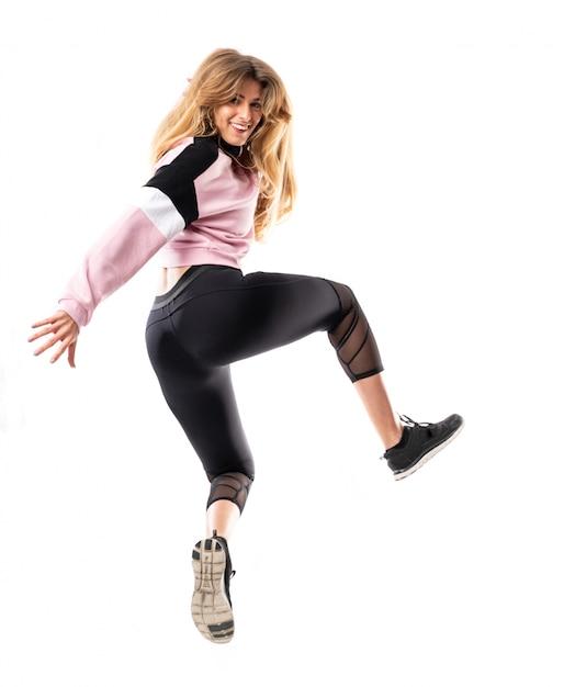 Stedelijke ballerina die over geïsoleerde witte muur en het springen danst Premium Foto