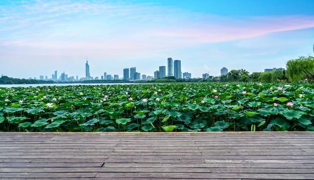 Stedelijke meren en moderne architectuur Premium Foto