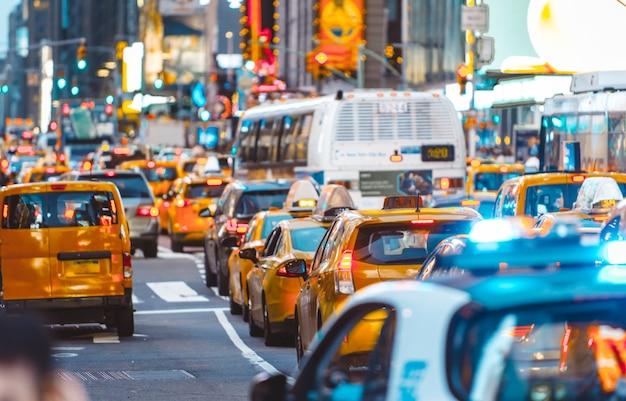 Stedelijke oerwoudscène met auto's en verkeer in de stad van new york Premium Foto