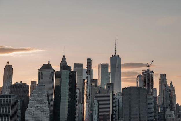 Stedelijke skyline met wolkenkrabbers in de schemering Gratis Foto