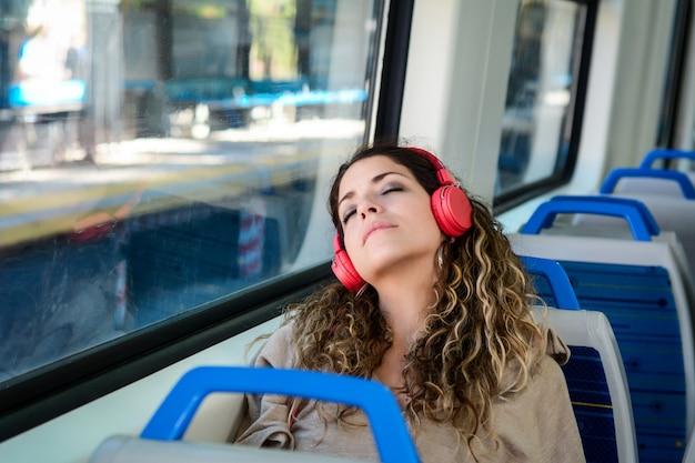 Stedelijke vrouwenslaap in een treinreis naast het venster. Premium Foto