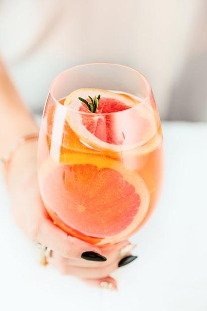 Steeg exotische cocktails en fruit en vrouwelijke hand Gratis Foto