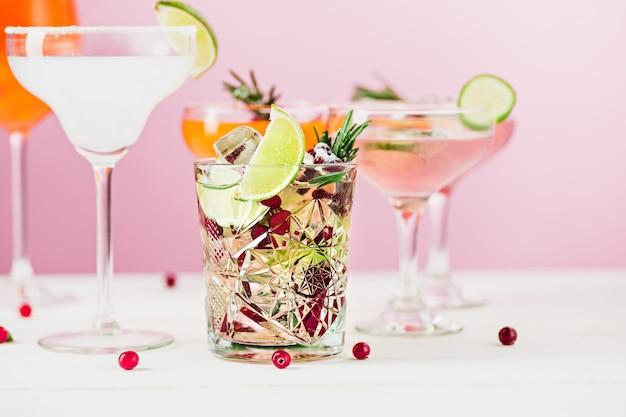 Steeg exotische cocktails en fruit op roze Gratis Foto