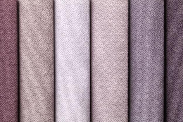 Steekproef van fluweel textiel bruine en grijze kleuren, achtergrond. catalogus en palettoon van interieurstof voor meubels, close-up. verzameling van veelkleurige doek. Premium Foto