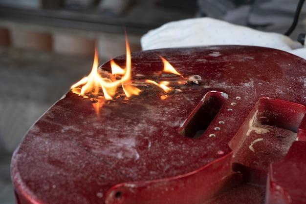 Steekvlam branden op vaste rode gitaar. Premium Foto