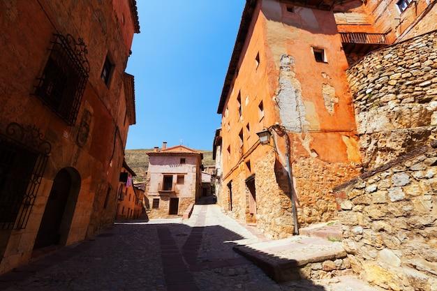 Steenachtige huizen in de gewone straat van de spaanse stad Gratis Foto