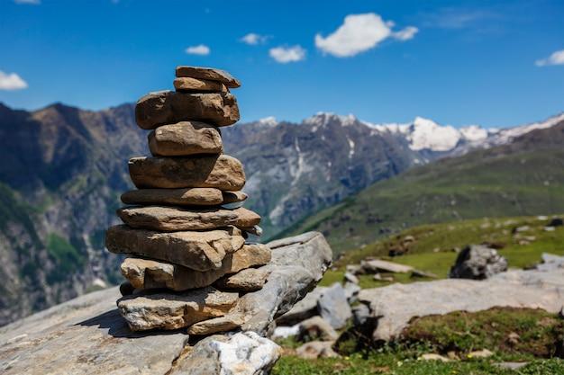 Steensteenhoop in himalayagebergte Premium Foto