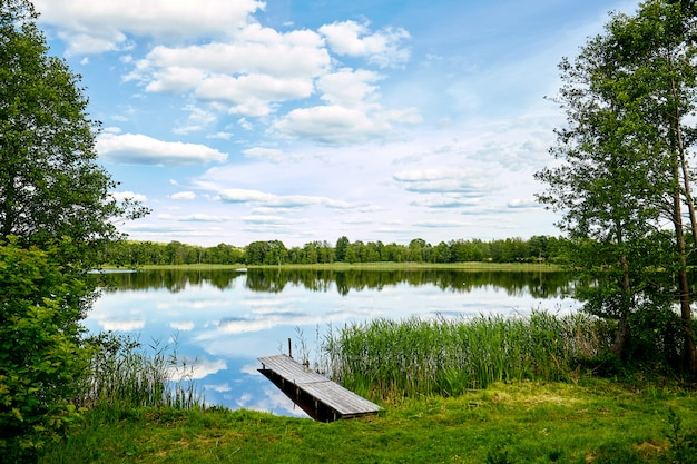 Steiger aan de rivier, sky reflectie in het water Premium Foto