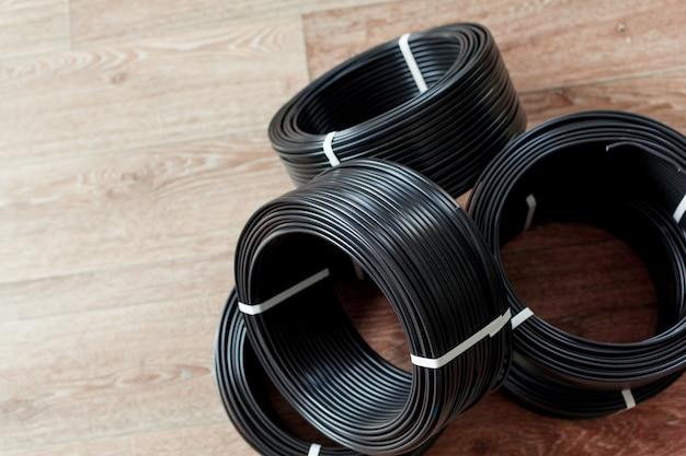 Stel gekleurde elektrische kabel in Premium Foto