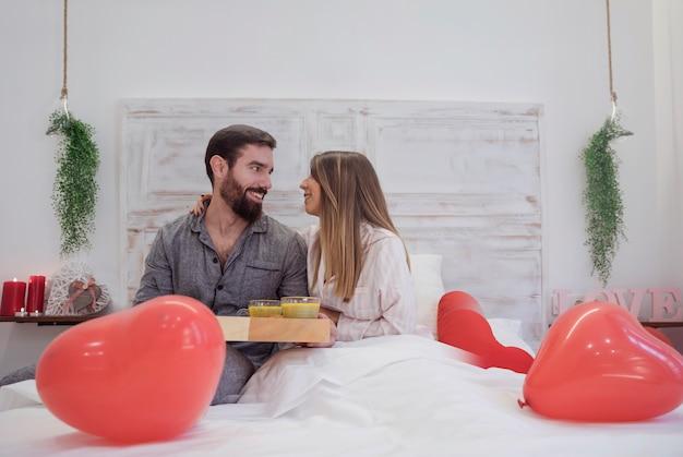 Stel met romantisch ontbijt op dienblad Gratis Foto