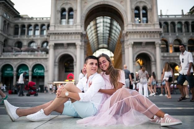 Stel op huwelijksreis in milaan Gratis Foto