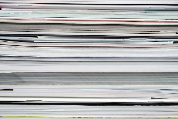 Stelletje gestapelde tijdschriften arrangement Premium Foto