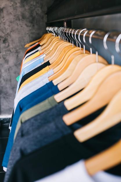 Stelletje hangers met t-shirts Premium Foto