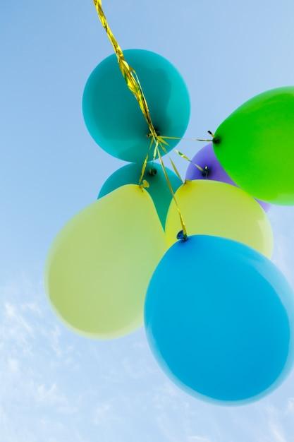 Stelletje pastel kleur ballonnen zweven in de lucht Gratis Foto