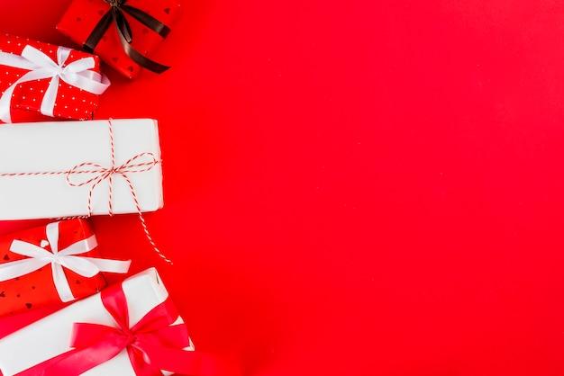 Stelletje valentijnsdag presenteert op rood Gratis Foto