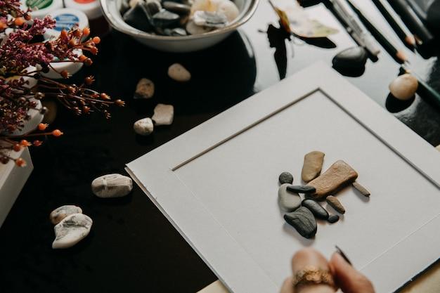 Stenen figuren ingebed in het blanco papier Gratis Foto