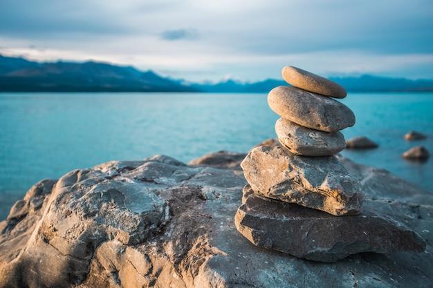 Stenen gestapeld in de zee Gratis Foto