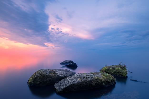 Stenen in de mist Premium Foto