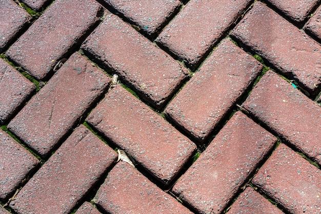 Stenen straatstenen voor buiten gelegd in visgraatpatroon Premium Foto