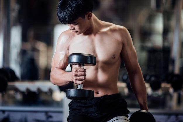 Sterke bodybuilder met perfecte deltaspierspieren Gratis Foto