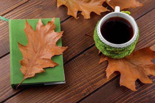 Sterke koffie en een boek. het concept van de herfst, stilleven, ontspanning, studie Premium Foto