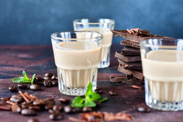 Sterke koffielikeur met koffiebonen en pure chocoladestukjes Premium Foto