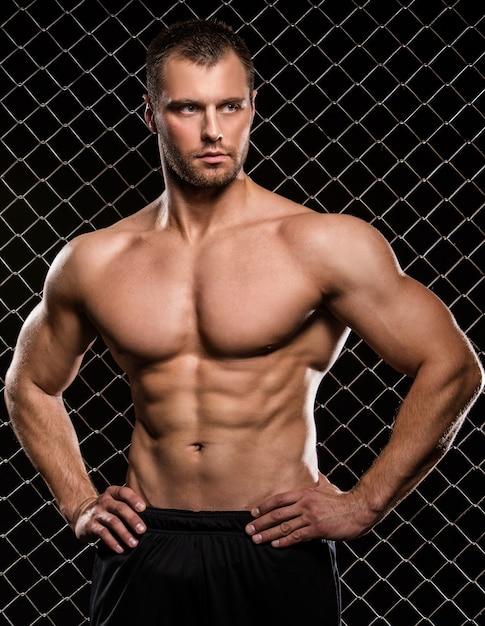 Sterke man en zijn spieren Gratis Foto