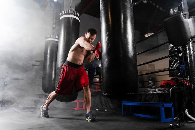 Sterke man met rode handschoenen training Gratis Foto