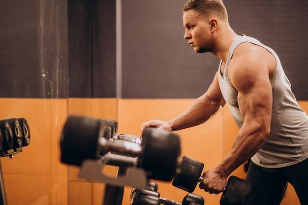 Sterke man trainen in de sportschool Gratis Foto