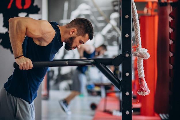 Sterke man training in de sportschool Gratis Foto
