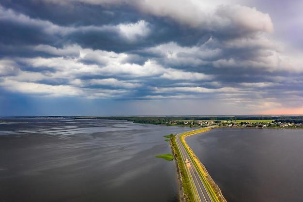 Sterke wind en zwarte wolken met hagel gaan vooruit Premium Foto