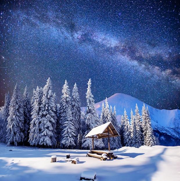Sterrenhemel in een fantastisch bergdorp Premium Foto
