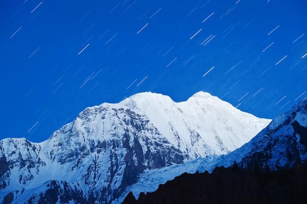 Sterrenreizen in de himalaya Premium Foto
