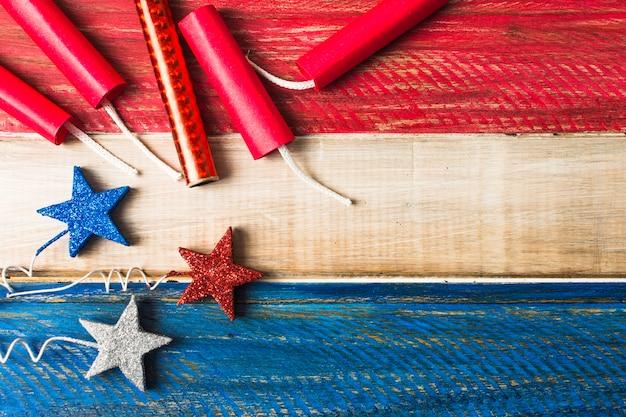 Sterrensteunen en dynamietvoetzoeker op geschilderde rode en blauwe houten achtergrond Gratis Foto