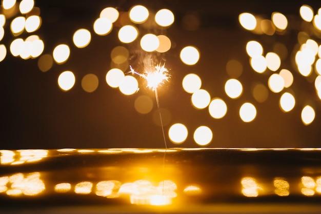 Sterretje en lichten over reflecterend oppervlak Gratis Foto